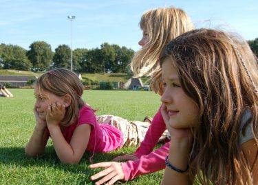 lekker liggen in het gras bij SPORT BSO 't Honk Bussum
