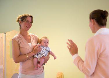 leidster met baby kinderopvang de Woelwaters Naarden