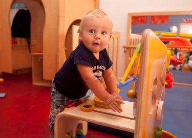 verbaasd kindje spelen kinderdagverblijf de Meerpaal Naarden