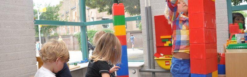 spelen met lego bij Peuterspeelzaal Dol-fijn bussum