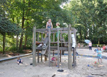 buiten spelen op het klimrek BSO 't Mouwtje Bussum