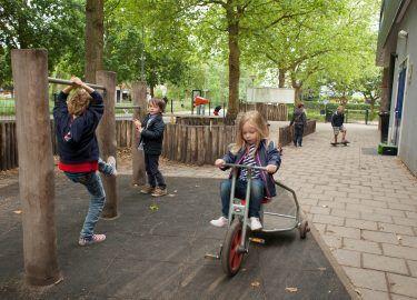 buiten op het plein spelen bij BSO Ravelijn Kinderrijk naarden