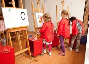 een schilderij maken bij BSO de Talamander Bussum