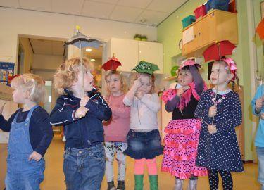 kinderen met zelfgemaakte paraplu's kinderdagverblijf Villa Zeezicht Muiderberg