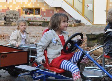 buiten spelen op de skelter bij BSO Michaël Bussum
