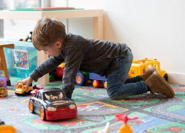 spelen met de auto's bij Peuterspeelzaal de Rakkertjes Bussum
