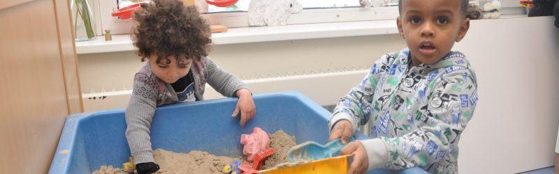 met zand spelen bij Peuterspeelzaal 't Speelhofje Naarden
