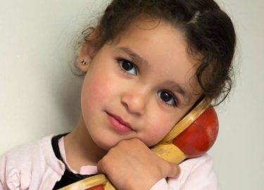 meisje aan de telefoon bij kinderopvang