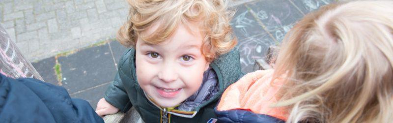blij kind bij Peuterspeelzaal de Wipperoen Bussum