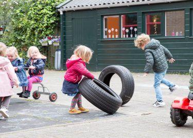 met autobanden spelen bij Peuterspeelzaal de Wipperoen Bussum