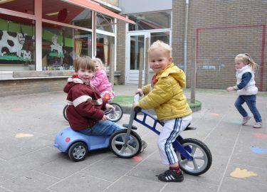 buiten op het plein spelen bij Peuterspeelzaal de Bolderwagen bussum