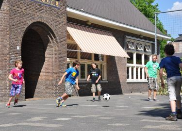 Voetballen bij Tienercentrum Tiens