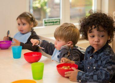 kinderen eten kinderopvang de Woelwaters Naarden