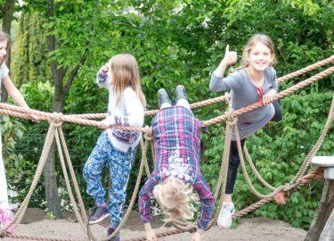 klimmen en klauteren bij De buitenschoolse opvang van de SKBNM