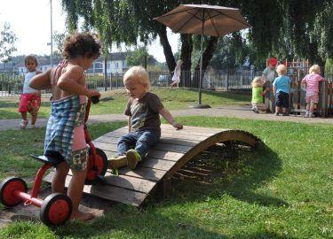 kinderen spelen buiten kinderdagverblijf de Meerpaal Naarden