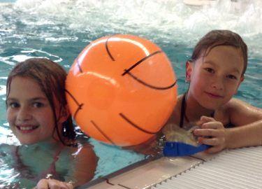spellen in het zwembad bij SPORT BSO de Zandzee Bussum