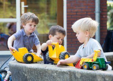 in de zandbak spelen bij BSO Spiegelbeeld Bussum