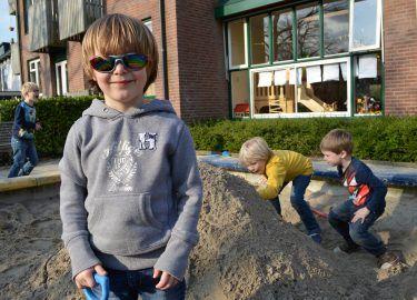 Bij de zandbak van BSO 't Spiegeltje