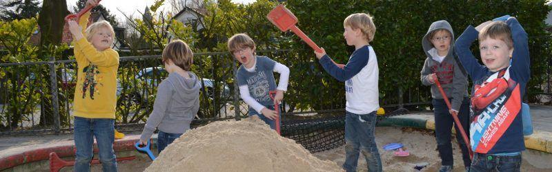 in de zandbak spelen bij BSO 't Spiegeltje Bussum