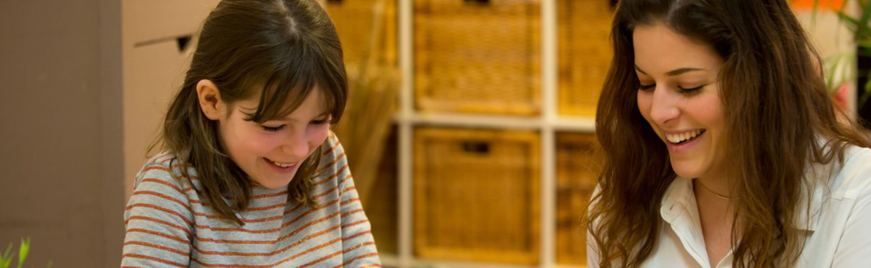 Meisje bij kinderopvang - werken bij de SKBNM
